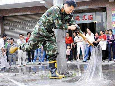 glue-truck-spill-china