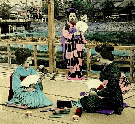 maiko and geisha looking at stereoviews