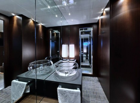 luxury suite bathroom hall
