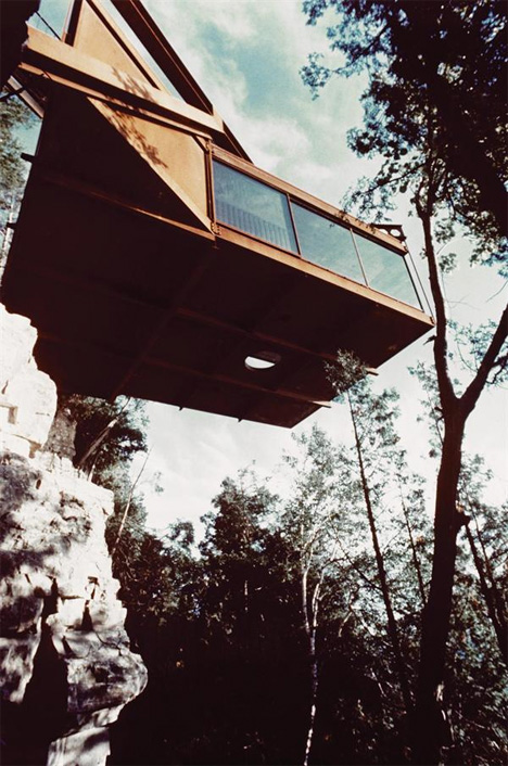 Hover houses 12 cliff clinging homes with a view urbanist for Cliff hanging homes