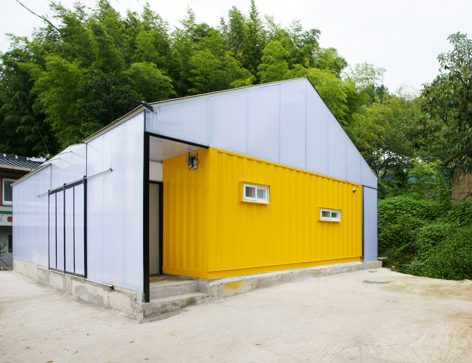 Low cost house in a house made of 2 shipping containers for Garage low cost