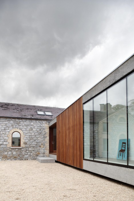 Focusing On Views With A Modern Addition To An Old House: See Through Stone: 13 Aging Structures With Glass Extensions