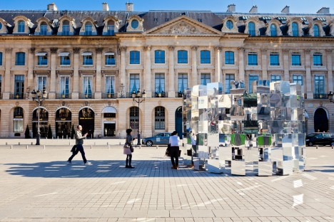 The Ring is a mirror cube art installation on the Place Vendome in Paris (created for the 2011 FIAC Art) from the french designer Arnaud Lapierre.