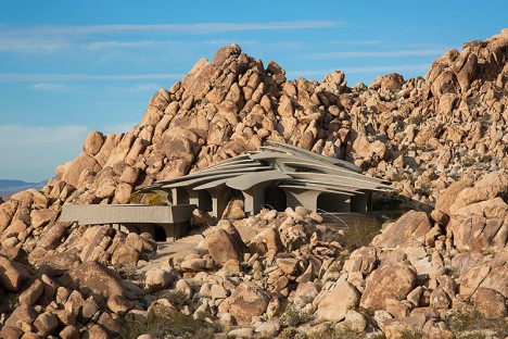 spaceship desert house 1