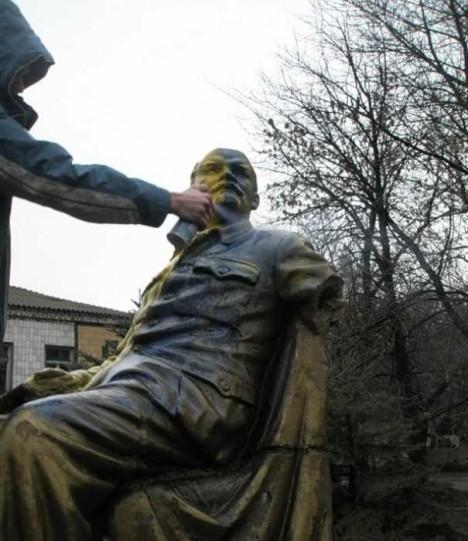 painted-lenin-statue-7d