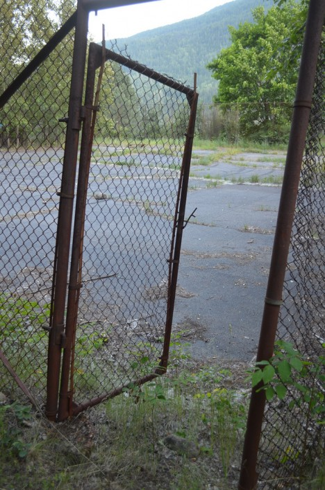 abandoned-tennis-court-12a
