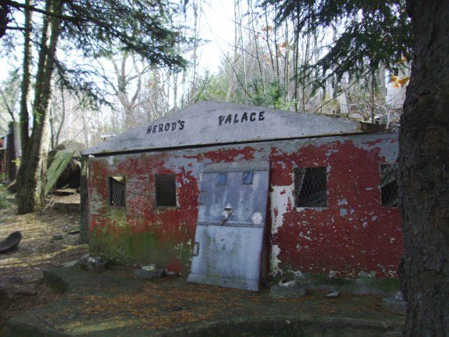 abandoned-theme-park-7c