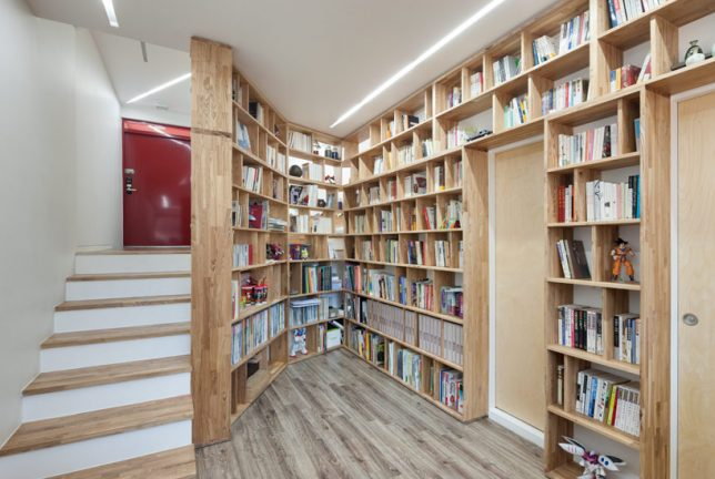 home-libraries-curving-staircase