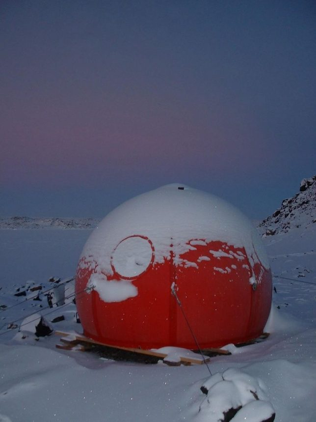 extreme-cold-architecture-igloo-satellite-cabins-2