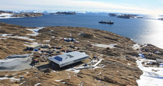 extreme-cold-architecture-shipping-container-research-station-2