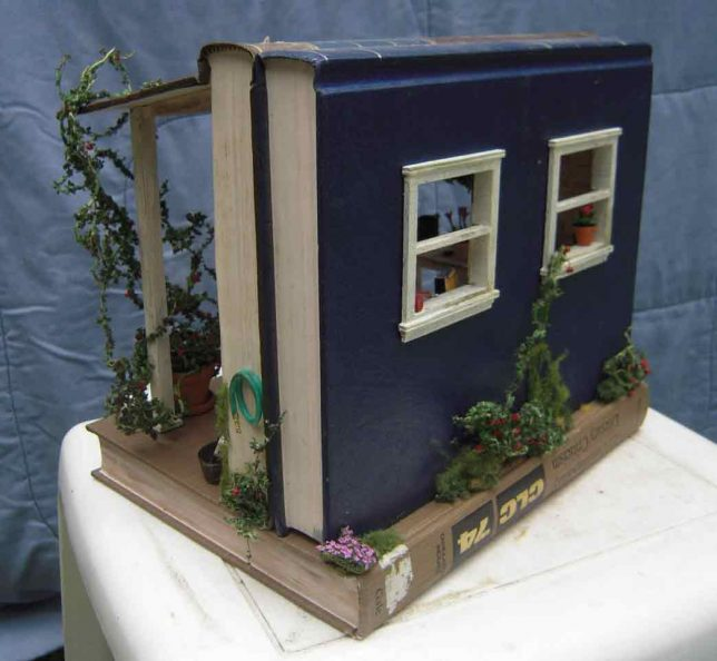 Book Boxes: Vintage-Style Dollhouses Made Of Hollowed-Out