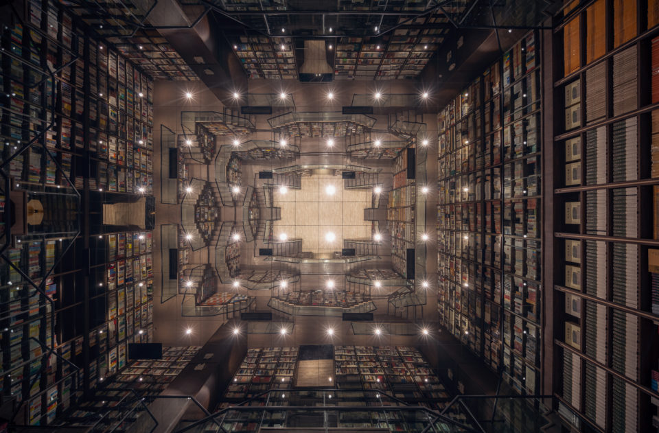 Mirrored Chinese Bookstore Offers Readers a Maze of Discovery